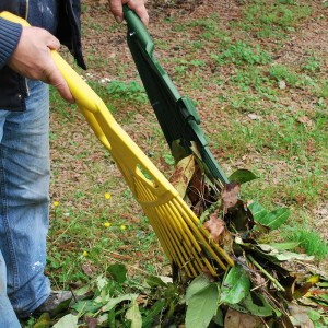 Râteau 2-en-1 pour ramasser les feuilles